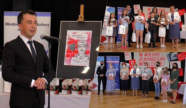 zdjęcia przedstawia jendo z wydarzeń - podsumowanie Konkursu Plastycznego dla Dzieci i Młodzieży W hołdzie Żołnierzom Wyklętym